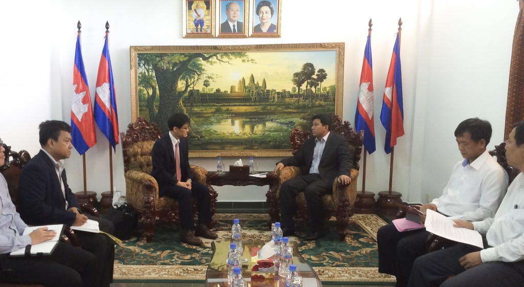 H.E. Dr. Say Samal, Minister of Environment, Kingdom of Cambodia meets Dr. Akio Takemoto, APN Secretariat Director during initial talks on the establishment of the co-finance partnership (27 May 2014).